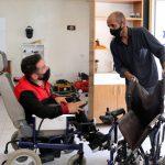 Engellilerin akülü araçlarını tamir ediyor